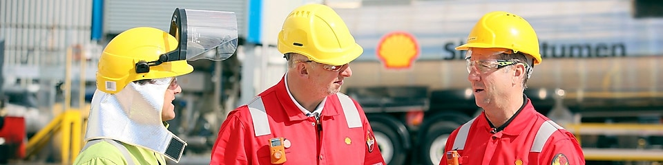 Shell Bitumen DHL Truck driver completing paperwork with Shell Operators at UK PMB plant